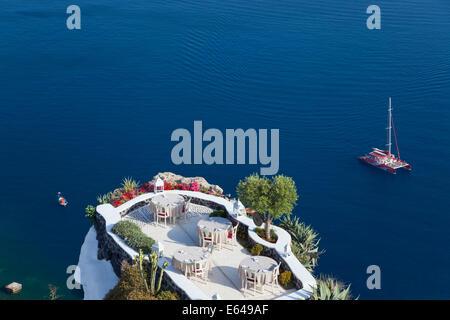 Outdoor dining area, Oia, Santorini, Cyclades islands, Greece - Stock Image