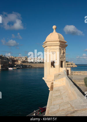 Sentrybox at Senglea Point, Grand Harbour, Malta, Europe, with the fortified city of Valletta in the distance - Stock Image