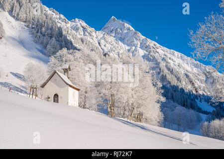 Marienkapelle in Gerstruben, ein ehemaliges Bergbauerndorf im Dietersbachtal bei Oberstdorf, dahinter die Höfats, 2259m, Allgäuer Alpen, Allgäu, Bayer - Stock Image