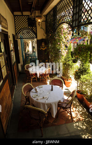 Mandated covered walkways (aka Five Foot Way) doubling-up as sheltered eating areas for restaurants, Emerald Hill, - Stock Image