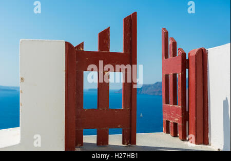 Red door and the boat, Santorini Oia village - Stock Image