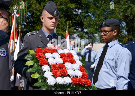 Northolt, London, UK. 1st September, 2018. Officer Cadets from the Polish Air Force Academy, Dęblin /. Kadeci ze szkoły officerskiej w Dębinie; Wyższa Szkoła Oficerska Sił Powietrznych  laying a wreath at the monument of Polish airmen. The Annual Commemoration of Fallen Polish Airmen will take place on Saturday, 1st September 2018 at the Polish Air Force Memorial, Northolt. Credit: Marcin Libera/Alamy Live News - Stock Image