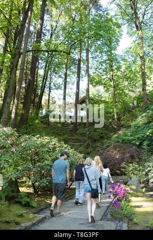 People walking at Portland Japanese Garden in Portland, Oregon, USA. - Stock Image