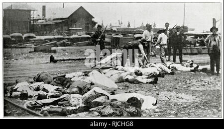 American soldiers stand holding rifles as the bodies of dead revolutionary soldiers are brought and laid out. This was the aftermath of the Battle of Veracruz, during the occupation of Veracruz by U.S. forces after U.S. sailors were detained by port authorities. - Stock Image