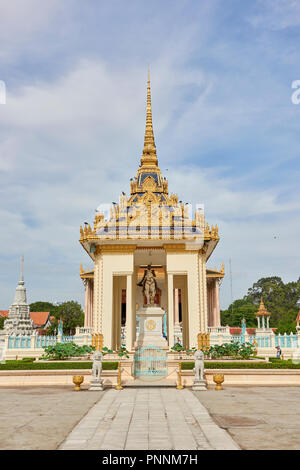 Statue of King Norodom under a gilt structure inside the Royal Palace complex in Phnom Penh, Cambodia. - Stock Image