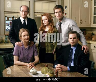 SIX FEET UNDER, RICHARD JENKINS, FRANCES CONROY, LAUREN AMBROSE, PETER KRAUSE , MICHAEL C. HALL, 2001 - Stock Image