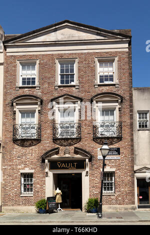Builidng on King Street in Charleston in South Carolina, USA. The city has a range of boutiques and designer stores. - Stock Image