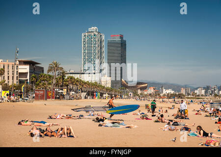 Platja de la Barceloneta Hotels Arts sculpture   by Frank Gehry Passeig Maritim , beach, people, Barcelona, Spain - Stock Image