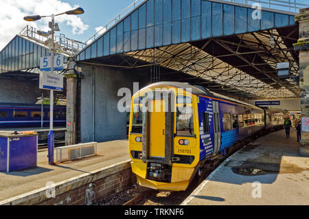INVERNESS CITY SCOTLAND CENTRAL CITY SCOTRAIL RAILWAY STATION AND TRAIN WAITING AT PLATFORM SIX - Stock Image