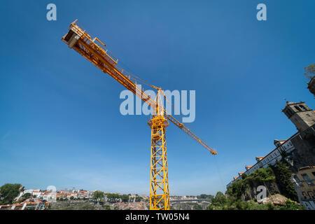 Tower crane against a blue sky - Stock Image