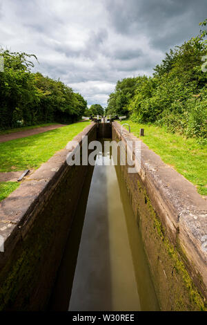 The interior of an empty lock on the Tardebigge Flight, Worcester and Birmingham Canal - Stock Image