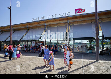 Passengers arriving at St Malo SNCF station, Brittany, France - Stock Image