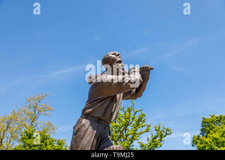 Bronze statue of cricket icon Eric Bedser on Bedser Bridge, a footbridge over the Basingstoke Canal linking the WWF-UK headquarters to the town centre - Stock Image