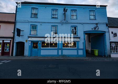 An unusual blue pub in Cambridge town center at sunset - Stock Image