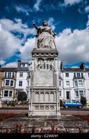 Statue of Queen Victoria was commisioned to celebrate the monarch's Diamond Jubilee and is positioned on Clifftown - Stock Image