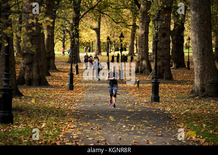 Green Park, London. 10th Nov, 2017. UK Weather. Joggers and walkiers enjoy the autumnal sunshine turning Green Park - Stock Image
