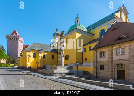 Poznan Franciscan Church, view of the yellow walled Church of St Anthony of Padua with the monument to 15th Cavalry Regiment (centre), Poznan, Poland. - Stock Image