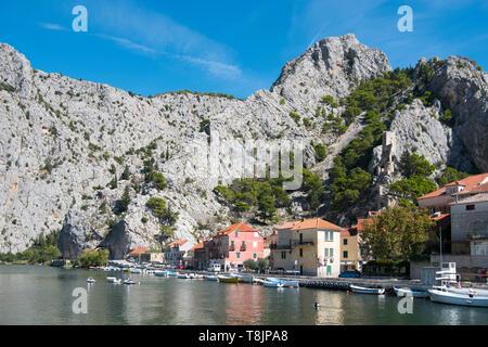 Kroatien, Dalmatien, Altstadt von Omis an der Mündung der Cetina ins adriatische Meer, am Felsen rechts die Festung Starigrad - Stock Image