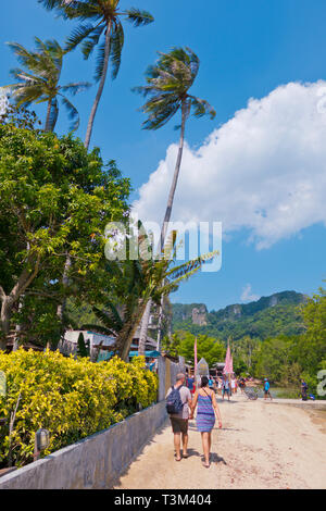 Seaside promenade, between Railay East Beach and floating pier, Railay, Krabi province, Thailand - Stock Image