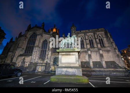 Night view of Parliament Square and St Giles Cathedral in Edinburgh Old Town, Scotland, UK - Stock Image