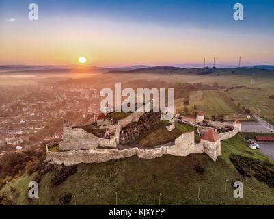 Traditional landscape in Romania with Rupea Fortress and Rupea village in Transylvania - Stock Image