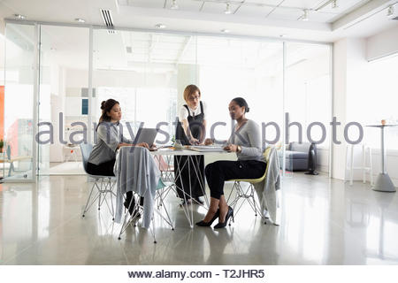 Businesswomen working in modern office - Stock Image
