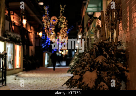 Yorkville, Toronto, Canada. 25th Dec, 2017. Toronto Old York Lane with people and shops in Bloor-Yorkville Village - Stock Image