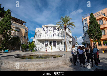 Tourists and tour guide in the recently restored Beit Ha'ir museum and cultural centre, Bialik Square, Tel Aviv - Stock Image