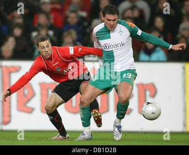 Steven Cerundolo (L) of Hanover vies for the ball with Dusko Tosic of Bremen during the Bundesliga match Hanover - Stock Image