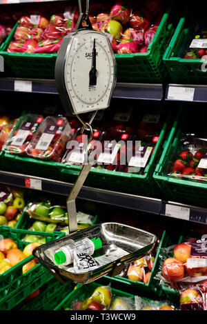 Spring balance in supermarket for weighing fruit and vegetables - Stock Image