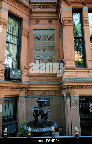 NEW YORK, NY - JUNE 22: Details of The National Arts Club and a small water feature, Gramercy Park Historic District, Manhattan on JUNE 22nd, 2017 in  - Stock Image