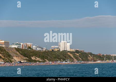 Bournemouth, UK. 1st September 2018. The Bournemouth Air Festival continues with good weather and huge crowds to for the free, annual festival on the beach in Bournemouth, Dorset. Displays from the Red Arrows, Tigers Parachute Display Team, Gravity Industries Jet Suit, a Chinook Helicopter and the Breitling Jet Team among others. Credit: Thomas Faull/Alamy Live News - Stock Image