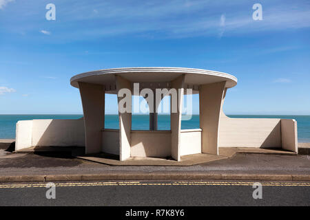 An unusual concrete seafront shelter, at Beach Street, Deal, Kent, dating from the 1950s, reminiscent of the age of Art Deco - Stock Image