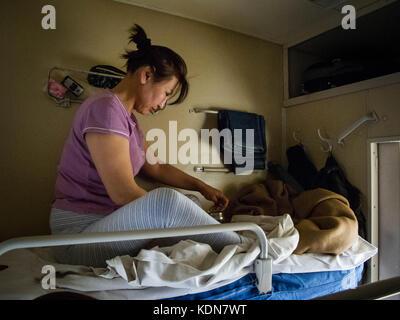 MONGOLIA, MAI 20 : Cette femme se reveille dans son compartiment de quatre places le 20 mai 2010, Mongolie - Stock Image
