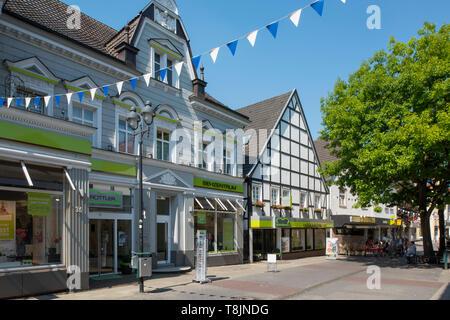 Deutschland, Nordrhein-Westfalen, Werl, Fussgängerzone Walburgisstrasse - Stock Image