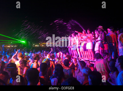People dancing at the Full Moon Party on Haad Rin beach Koh Phangan Thailand - Stock Image