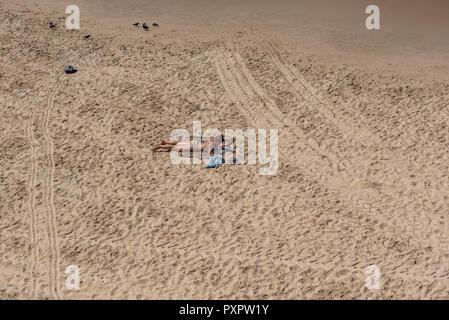 Israel, Tel Aviv - 20 September 2018: Beachgoers seen from above - Stock Image