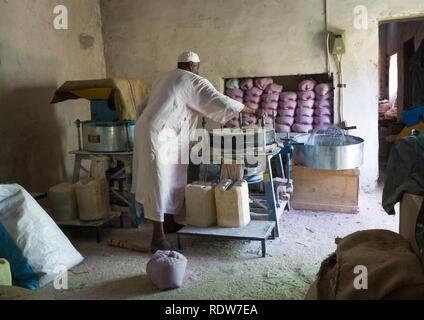 Baker making bread, Karima, Sudan - Stock Image