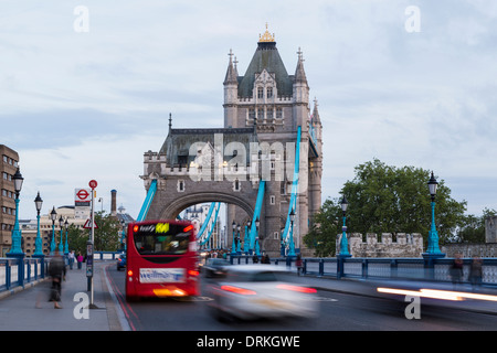Traffic crosses Tower Bridge, London, England - Stock Image