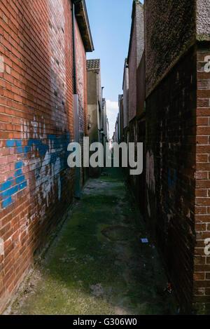 An alleyway between houses in Belfast. - Stock Image