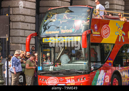 VERONA, ITALY - SEPTEMBER 2018: People getting on a hop-on hop-off sightseeing tour bus in the centre of Verona - Stock Image