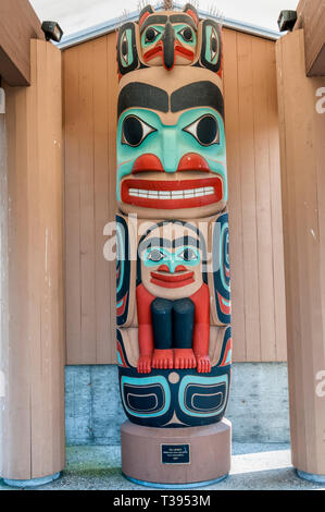 Sea Spirit totem pole designed and carved by Dale Faulstich, in Jamestown, Washington. - Stock Image