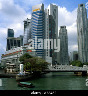 Singapore business district harbour and Merlion - Stock Image