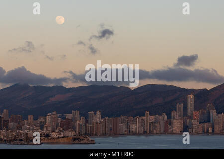 Benidorm, Costa Blanca, Spain, 30th January 2018. The Supermoon rises over the harbour in Benidorm as seen from - Stock Image