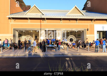 Littleton, Colorado USA. 19 Sept. 2014.  Apple Store employees provide refreshments to customers as they line up - Stock Image