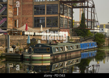 Houseboats on the River Lea in Hackney, London, England, viewed from the Capital Ring Path. - Stock Image