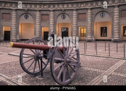 A guard in ceremonial uniform stands on duty in the courtyard of the Royal Armoury (Livrustkammaren), Gamla Stan, Stockholm, Sweden. - Stock Image