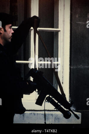 British Police armed with guns. 1986 Photographs from a series photographed in 1986 showing the arming of the British Police, traditionally at the time not armed.Special armed police guard Lambeth Magistrates Court in London during an IRA trial. Seen using Heckler and Koch Machine gun issued in1986 - Stock Image