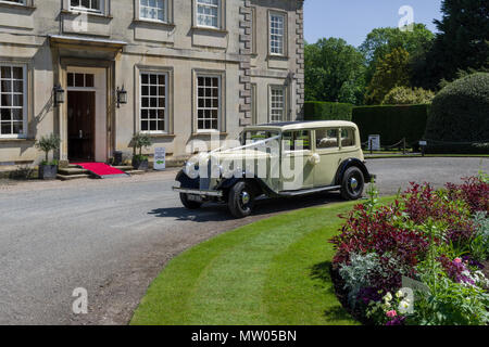 Wedding car outside Harrowden Hall, an 18th century historic house, now the home of Wellingborough Golf Club; Great Harrowden, Northamptonshire, UK - Stock Image