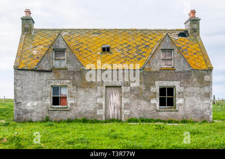 A semi-derelit abandoned croft on South Uist. - Stock Image